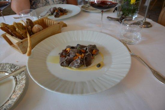 Brez, Ιταλία: Tortelloni al mirtillo di bosco, capriolo, finferli e crema di Trentingrana
