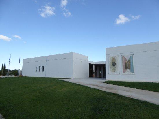 Eletherna, Grecja: L'entrée du musée avec un grand parking