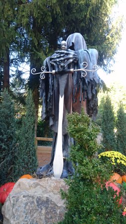 Dolancourt, France : Magnifique représentation toujours à côté du donjon
