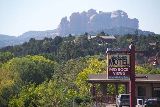 Sedona Motel: This is the view you see from the patio