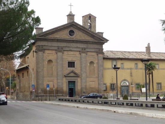 Capranica, Italia: La semplice facciata con il campanile a vela (di evidente più antica origine)