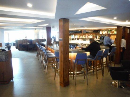 Qualicum Beach Inn: ON SITE SUPERB BAR AND DINING ROOM