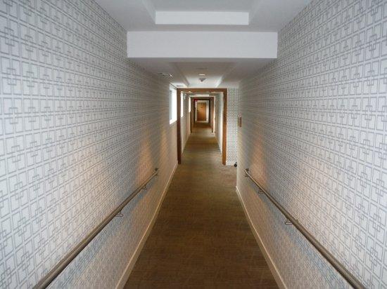 Qualicum Beach Inn: WIDE BRIGHT CLEAN HALLWAYS