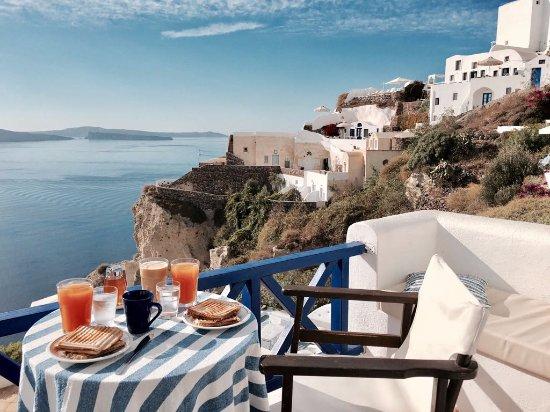 Ifestio Villas: Breakfast with a view on the porch of Villa Paride.