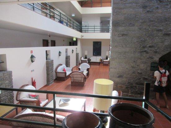 Torre Praia Hotel: Un'articolazione della hall dopo l'ingresso