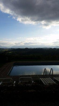 Clos Mirabel Manor : Vue Piscine et coteaux