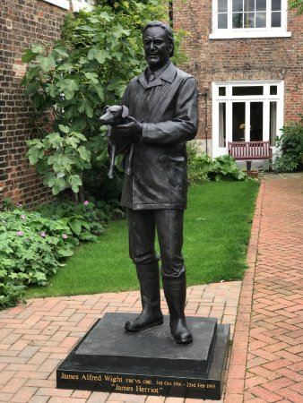 Thirsk, UK: Statue in courtyard