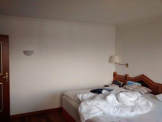 Gesundheitsresort U0026 Spa Allgäuer Rosenalp: Schlafzimmer Sehr Funktionell  Ohne Deko   Weiße Wand Reicht Auch