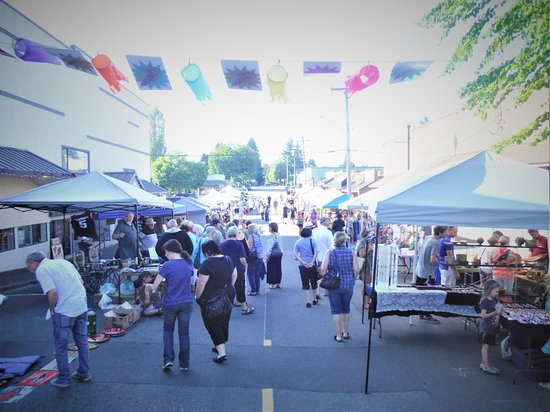 COURTENAY NIGHT TIME SUMMER MARKET