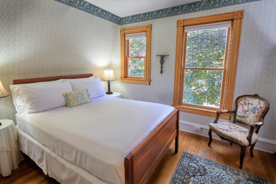 Ludlow, VT: Cozy Queen room on the second floor of the main inn