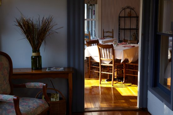 Ludlow, VT: All room rates feature a gourmet breakfast in the sunny dining room