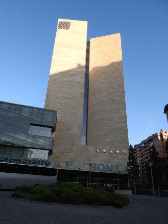 Hotel Reina Petronila: המלון מבחוץ
