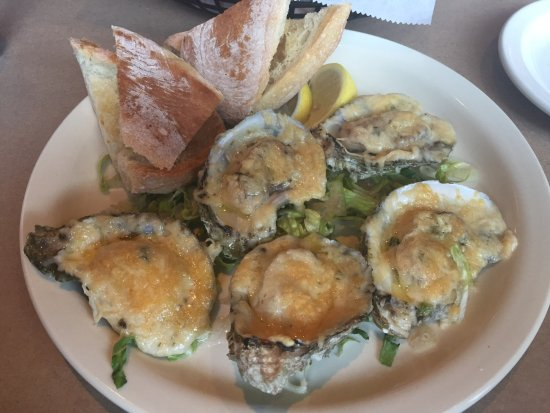 Shucks Fish House & Oyster Bar: Yummy grilled oysters!