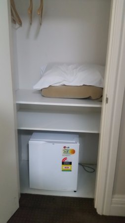 Wallacia, Australia: linen cupboard and fridge in king bed room
