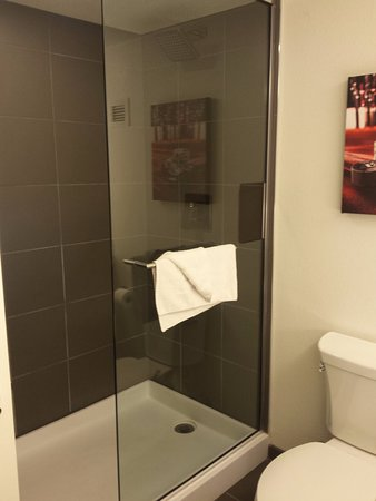 The D Casino Hotel Las Vegas: Only problem with these walk-in showers is the water tends to splatter onto the bathroom floor