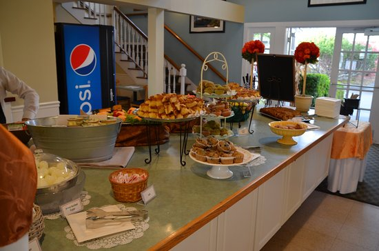 Bar Harbor Inn: Breakfast line