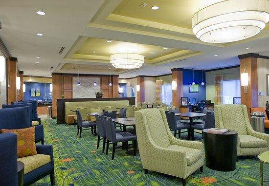 Fairfield Inn & Suites Columbus: Lobby Sitting Area