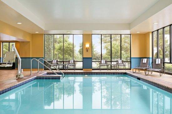 Hampton Inn Reading/Wyomissing: Indoor Pool Windows