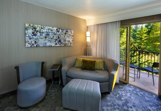 Tigard, Oregón: King Guest Room – LoungeAround Sofa