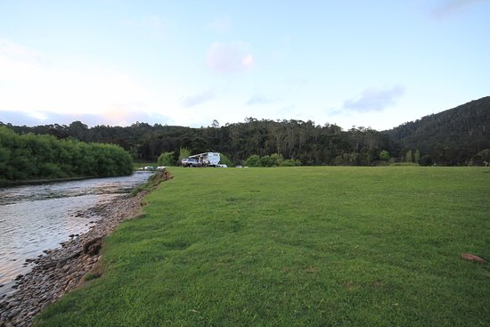 Gunns Plains, Australien: Plenty of space to set up and relax in the camp ground suitable for caravans, RV's, and tents.