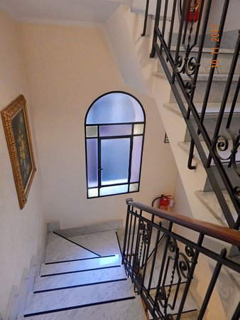 Amalfi Hotel: Stairs - option to lift