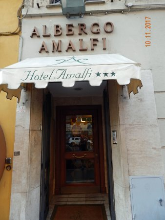 Amalfi Hotel: View from street