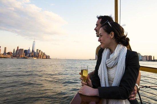 無料のドリンクを飲みながらマンハッタンのヨットのサンセットクルーズ