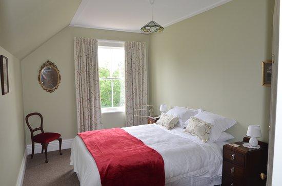 Takapau, Neuseeland: Queen size room, garden views and morning sunrise