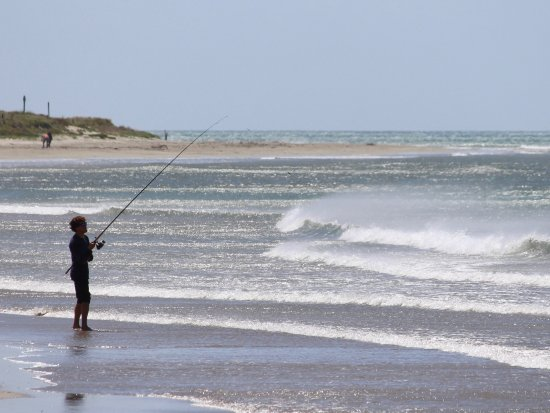 Whangamata, Nova Zelândia: Surf-casting in strong wind