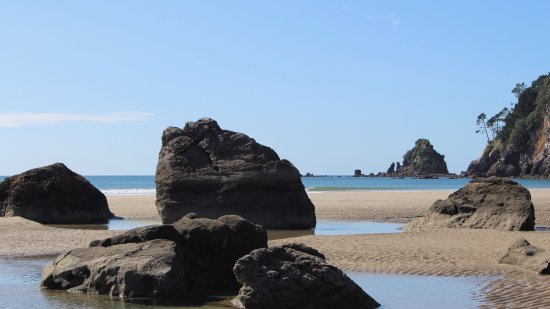 Whangamata, Nova Zelândia: Rocks and pools on the west end of the south-facing beach.
