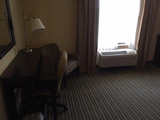Hampton Inn & Suites Thousand Oaks: Decent work desk on wheels
