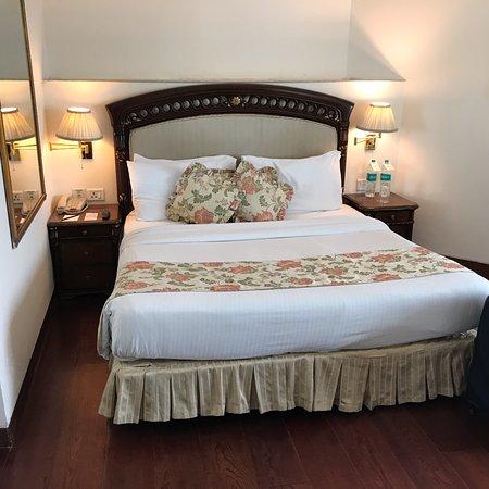 هوتل ذا رويال بلازا: Comfortable bed nicely made