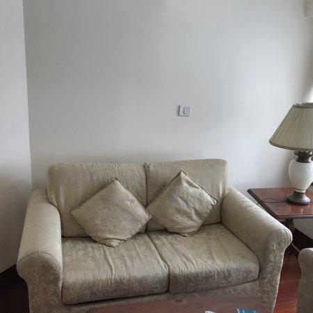 هوتل ذا رويال بلازا: Furniture in the living room.