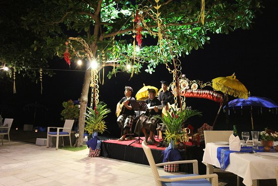 The Lovina: Almost every day live music at the restaurant. This one had also Balinese dance.