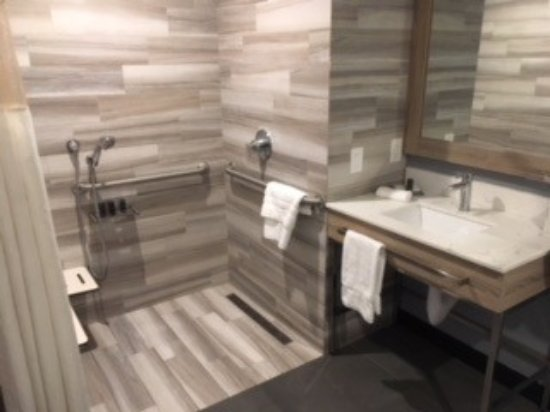 Bon The Canoga Hotel: Handicap Shower   Bench Is To Left, Mostly Hidden