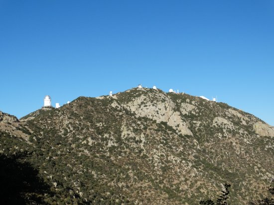 Sells, Αριζόνα: View of a number of telescopes heading up to Kitt Peak