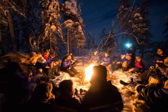 Salla, ฟินแลนด์: Warming break by an open fire during night time reindeer safari
