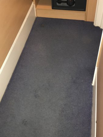 Tudor Court Hotel: Carpet is dirty and has holes. Hall is so small that opening your suitcase does not fit