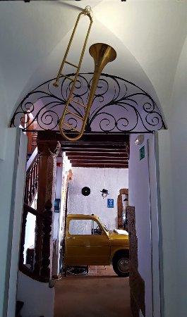 Hotel Enfrente Arte: Hallway to Lobby