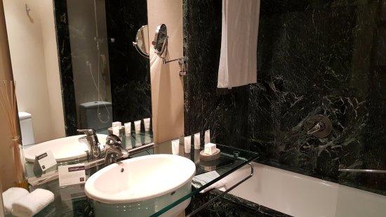 AC Hotel Malaga Palacio: Bathroom