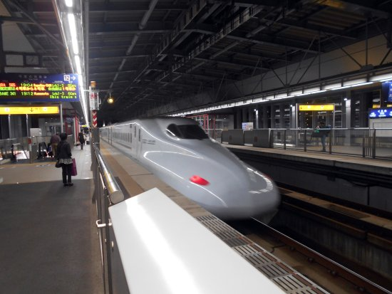 Kyushu-Okinawa, Japan: JR久留米駅を発車中のさくら565号