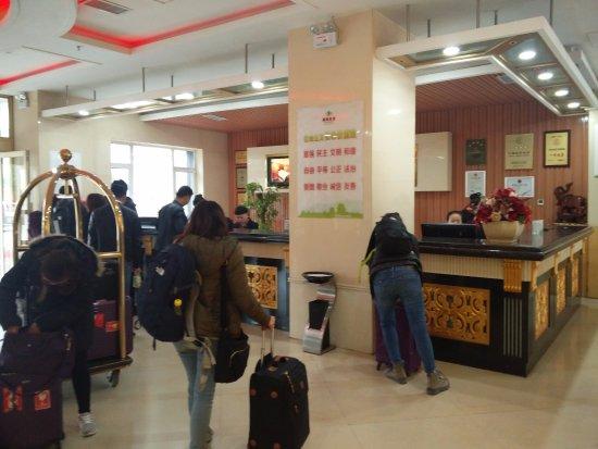 Jiayuguan, Kina: Busy lobby photo