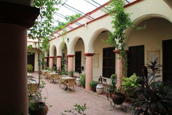 Hotel E La Avellaneda: Innenhof von dem aus die Zimmer zu betreten sind