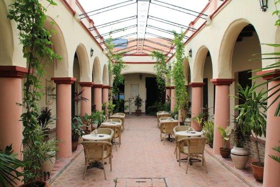 Hotel E La Avellaneda: Innenhof