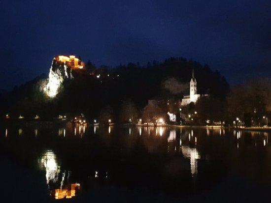 Hotel Kompas Bled: Ночной вид с террасы номера