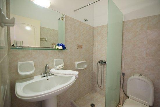 Christina Studios: Comfort studios bathroom