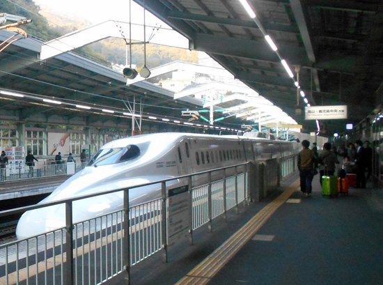 Chugoku, Japan: 新神戸駅に到着中のさくら565号