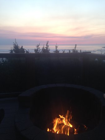 Ocean House Bed and Breakfast: Sunset at the fire pit