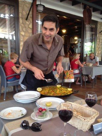 Meson Son Caliu : Venlig tjener serverer vor Paella