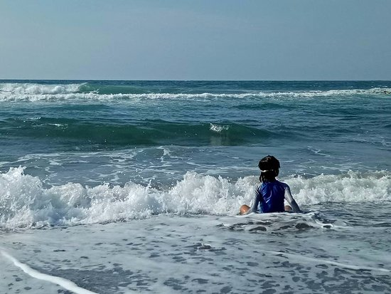 Kahuna Beach Resort and Spa: Playing with the waves